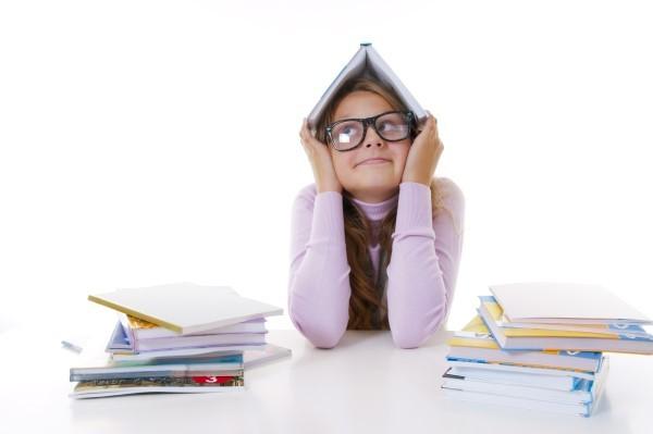 niña estudiando Los deberes. El papel de la familia en las tareas escolares