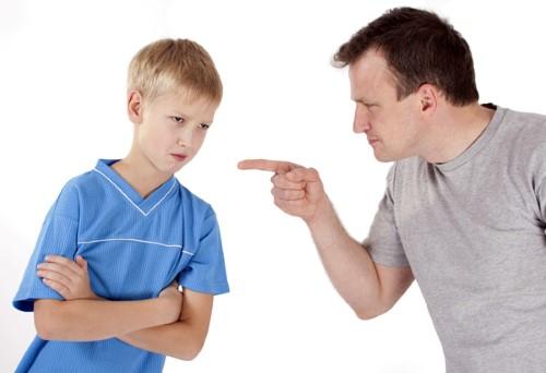 Niño regañado mal comportamiento