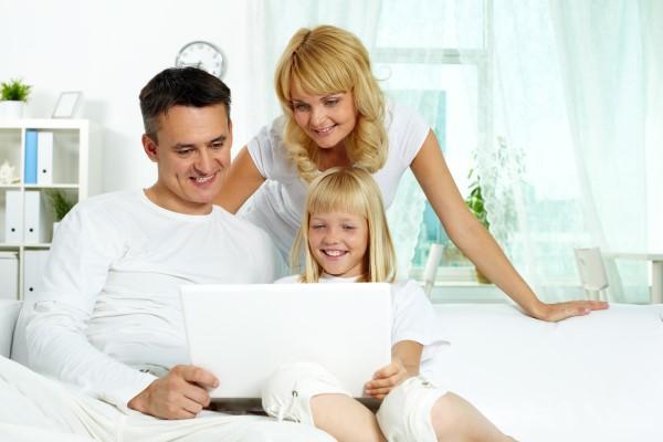 familia con niña pc