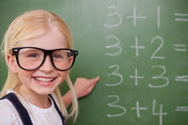 niña sumas pizarra 10 trucos para enseñar a los niñ@s a multiplicar